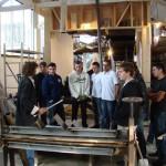 L'artiste et les élèves dans l'atelier